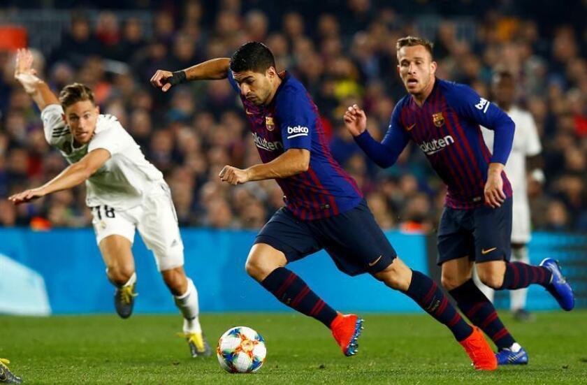 El delantero uruguayo del FC Barcelona, Luis Suárez, conduce el balón durante un partido. EFE/Archivo