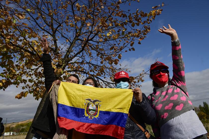 Aficionados ecuatorianos alientan a Richard Carapaz previo al comienzo de la octava etapa de la Vuelta a España entre Logroño y Alto de Moncalvillo, el miércoles 28 de octubre de 2020. (AP Foto/Álvaro Barrientos)