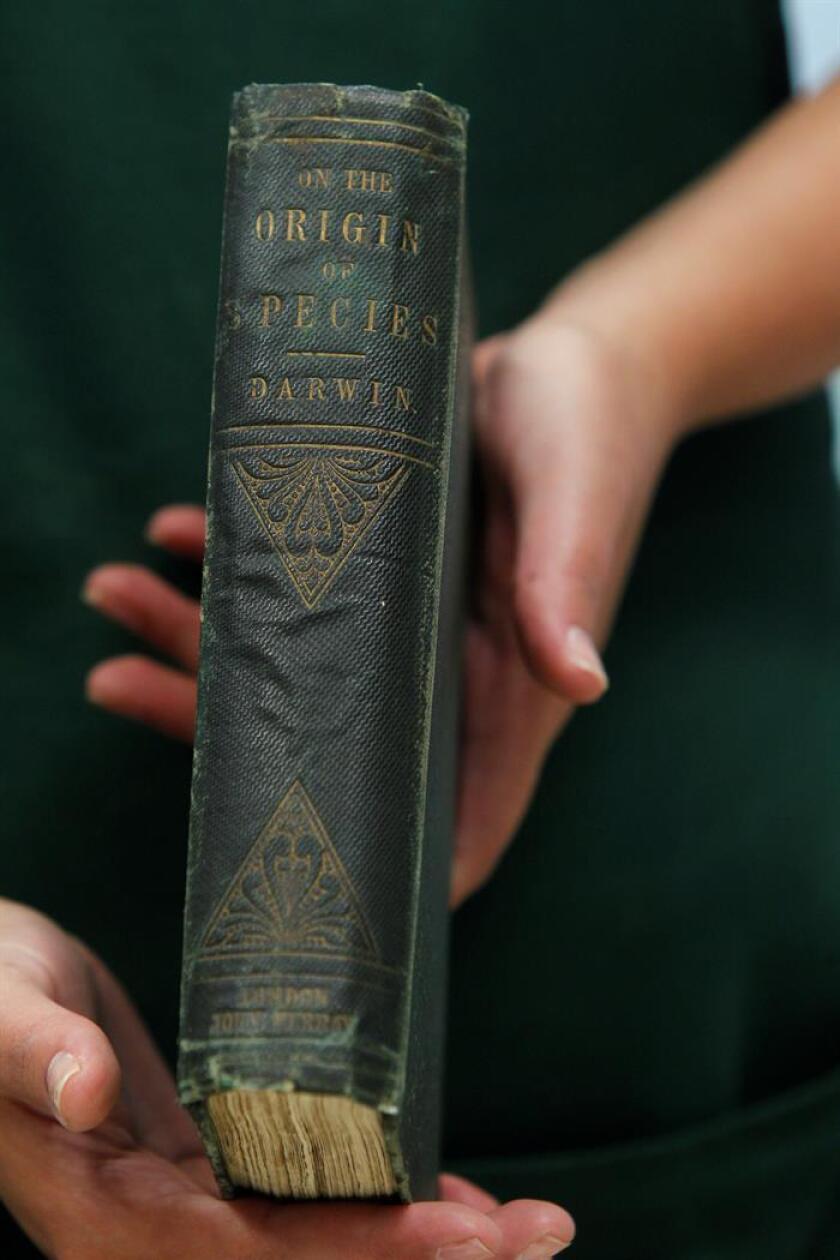 """Fotografía del 15 de agosto de 2018, de un ejemplar de la primera edición del libro """"El origen de las especies"""" de Charles Darwin, mostrado en Ciudad de México (México). EFE"""