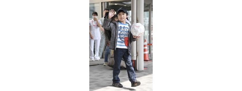 Yamato Tanooka,que fue encontrado vivo en un bosque despuÈs de que sus padres lo abandonaran allÌ moment·neamente como castigo, saluda a su salida de un hospital en Hakodate. en la isla de Hokkaido, el 7 de junio de 2016. (Daisuke Suzuki/Kyodo News via AP)