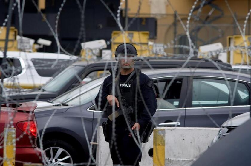 El cruce fronterizo entre San Ysidro (California) y Tijuana (México), uno de los más transitados del mundo, estuvo hoy cerrado por espacio de una hora debido a un simulacro realizado por agentes de la Oficina de Aduanas y Protección Fronteriza (CBP) en razón de la caravana de migrantes. EFE/ARCHIVO