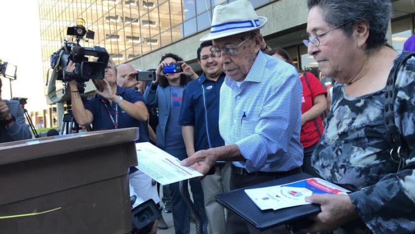 Fabio y Marta Alvarado depositan su boleta electoral en el centro de votación de Norwalk, en el Condado de Los Ángeles.