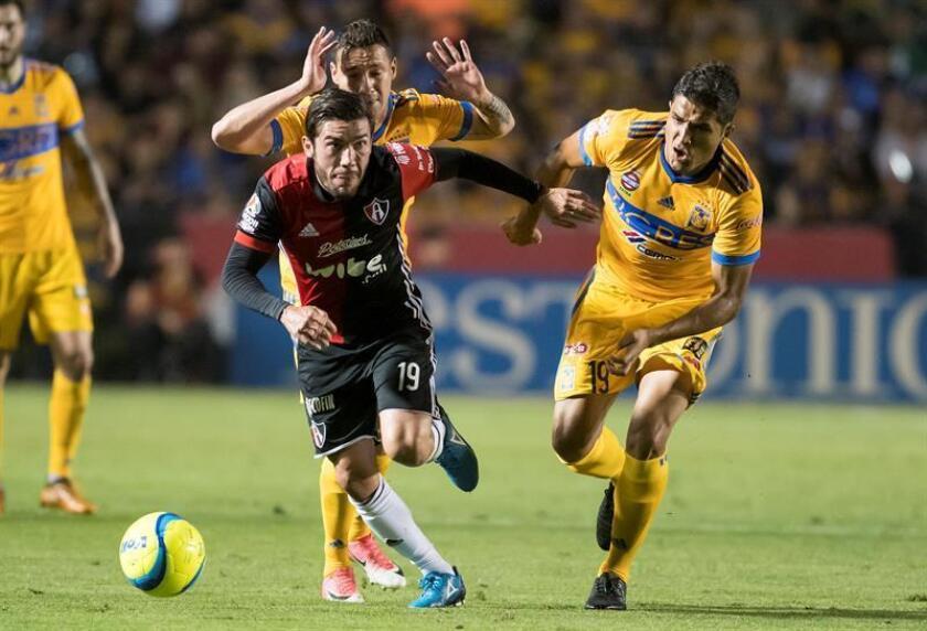El centrocampista colombiano Larry Vásquez (d). EFE/Archivo