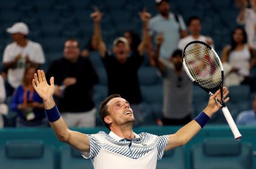 El tenista español Roberto Bautista celebra su victoria sobre el serbio Novak Djokovic durante el Abierto de Tenis de Miami este martes. EFE
