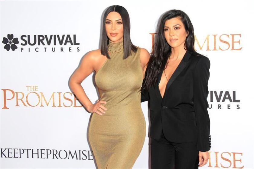 Las estrellas de la televisión estadounidense Kim Kardashian (izq) y Kourthney Kardashian. EFE/Archivo