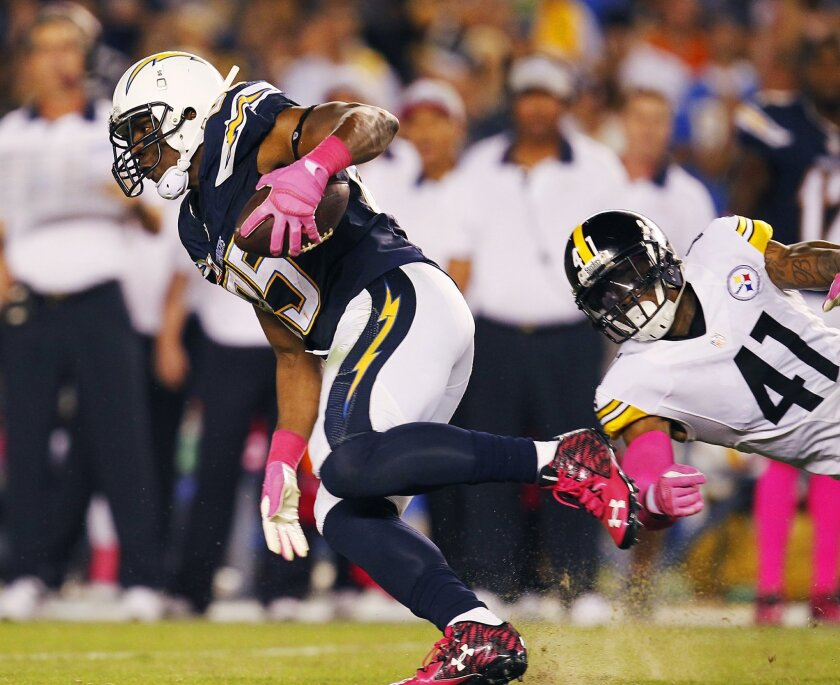 Chargers Antonio Gates catches a pass against the Steelers in the 3rd quarter.