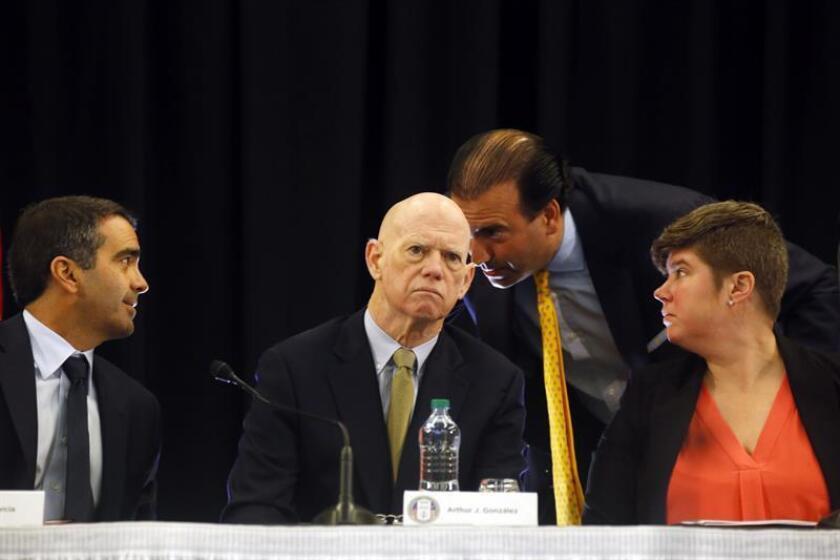 Carlos García (i), Arthur Gonzalez (2i), el presidente de la Junta, José Carrión (2d) y Ana Matosantos (d), miembros de la Junta de Control Fiscal hablan durante la sexta reunión de la Junta de Control Fiscal, impuesta por el Congreso de los Estados Unidos. EFE/ARCHIVO