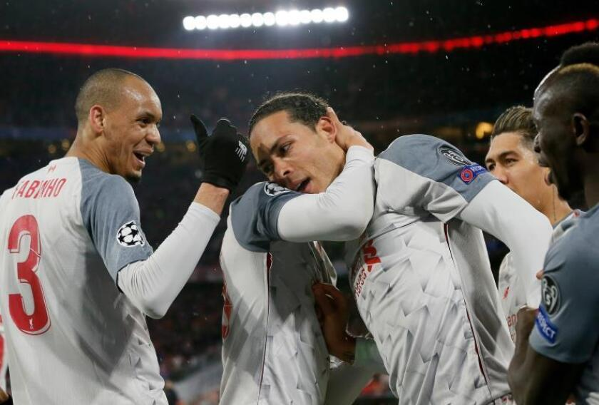 Virgil van Dijk (c) del Liverpool celebra tras anotar un gol con sus compañeros este miércoles, durante un partido de octavos de final de la Liga de Campeones UEFA, entre el Bayern Munich y el Liverpool FC, en el estadio Allianz Arena de Munich (Alemania). EFE