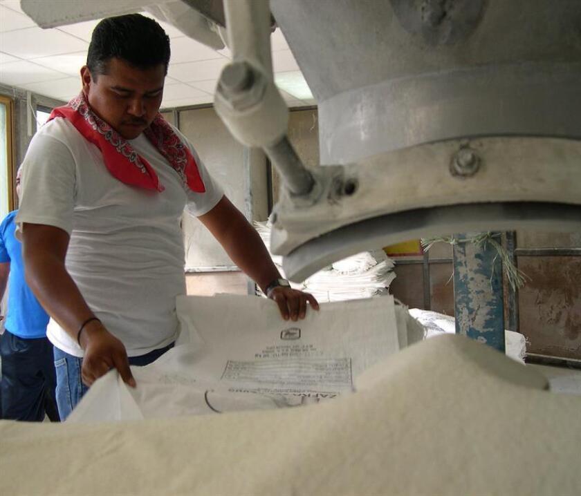 El órgano de competencia de México informó hoy que indaga posibles conductas contrarias a la competencia en el mercado del azúcar nacional, siendo esta la segunda investigación sobre prácticas monopolísticas absolutas en el azúcar de caña en menos de cinco años. EFE/Archivo