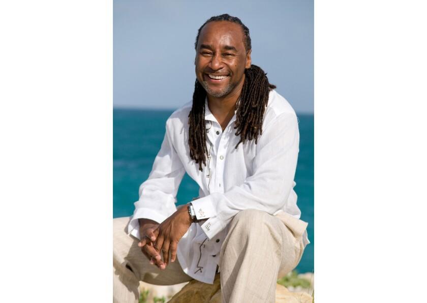 En esta fotografía sin fecha proporcionada por Joseph Jones el escritor Eric Jerome Dickey en Antigua.