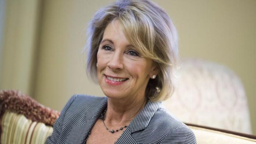 Betsy DeVos, de Michigan, una recaudadora de fondos para el partido republicano, ha apoyado los vales escolares en todo el país y es la elegida del presidente electo Donald Trump como Secretaria de Educación.