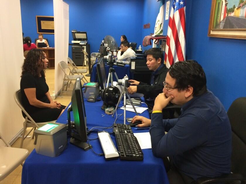La emisión del DPI se realiza en un pasillo de la sala principal del consulado guatemalteco en L.A.