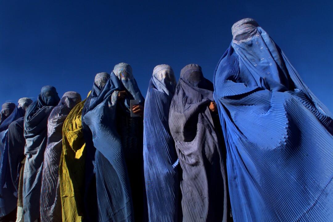 تعدادی زن با برقع کامل