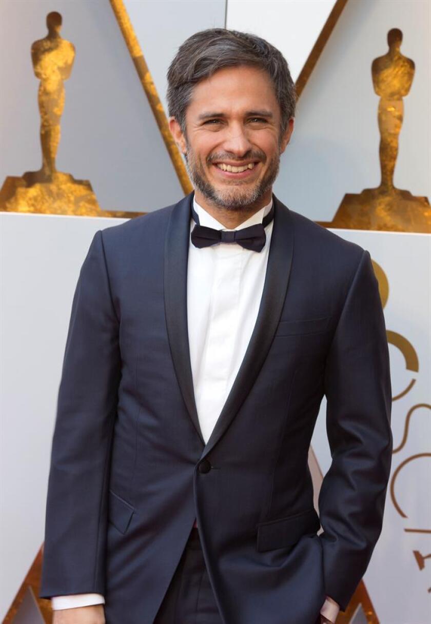 El actor mexicano Gael García Bernal posa a su llegada hoy, domingo 4 de marzo de 2018, a la ceremonia de la 90 edición de los premios Óscar, en el Teatro Dolby, en Hollywood, California (Estados Unidos). EFE