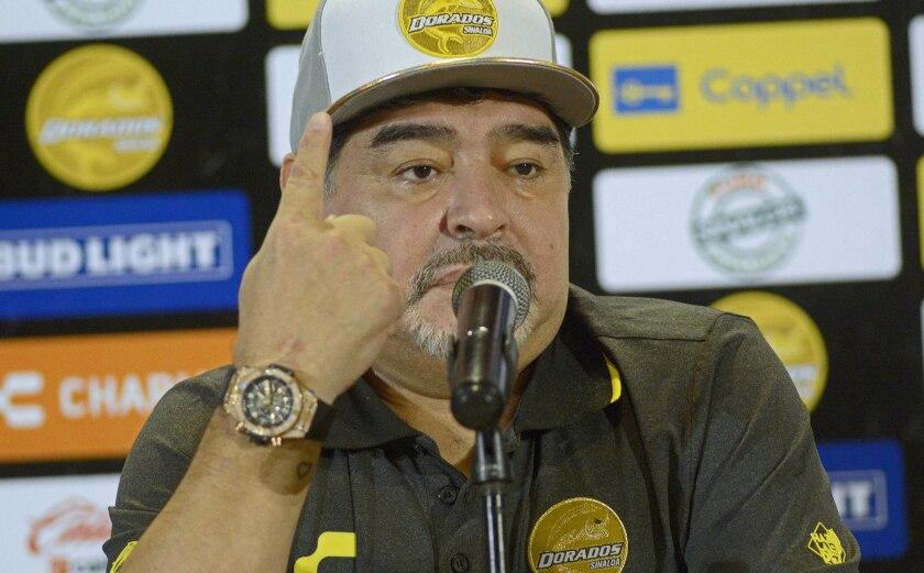 El argentino Diego Armando Maradona habla durante su presentacción como entrenador de los Dorados de Sinaloa de la división de Ascenso del futbol mexicano.