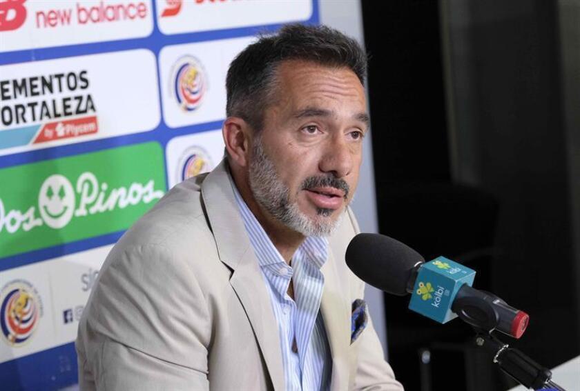 El seleccionador de Costa Rica, el uruguayo Gustavo Matosas, habla este jueves durante la presentación de la lista de jugadores para los partidos amistosos, en San José (Costa Rica). EFE