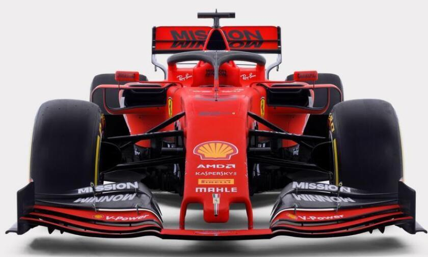 Imagen facilitada, este viernes, por el departamento de prensa de Ferrari que muestra el SF90, el nuevo monoplaza con el que competirán el alemán Sebastian Vettel y el monegasco Charles Leclerc en el Mundial de 2019 de la Fórmula Uno. EFE/ Ferrari Press Office