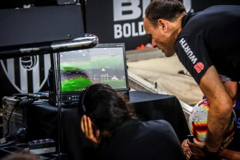 El árbitro Antonio Mateu Lahoz observa el sistema de videoarbitraje VAR durante un partido. EFE/Archivo
