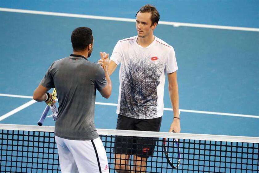 El tenista ruso Danill Medvedev (d) se despide del francés Jo-Wilfred Tsonga en Brisbane, Australia. EFE/EPA