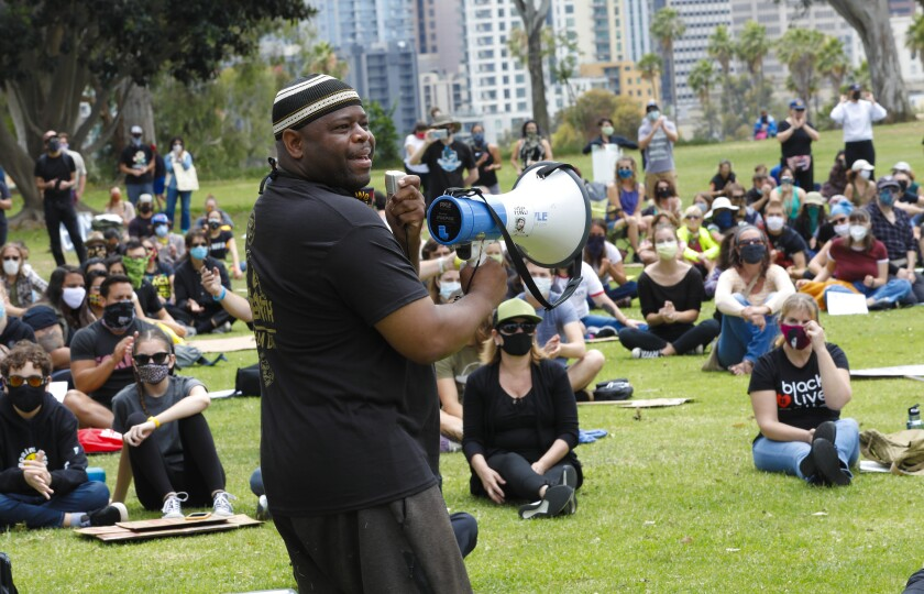Yusef Miller se dirigió al numeroso grupo en un mitin de Black Live Matter celebrado el sábado en el Parque Balboa.