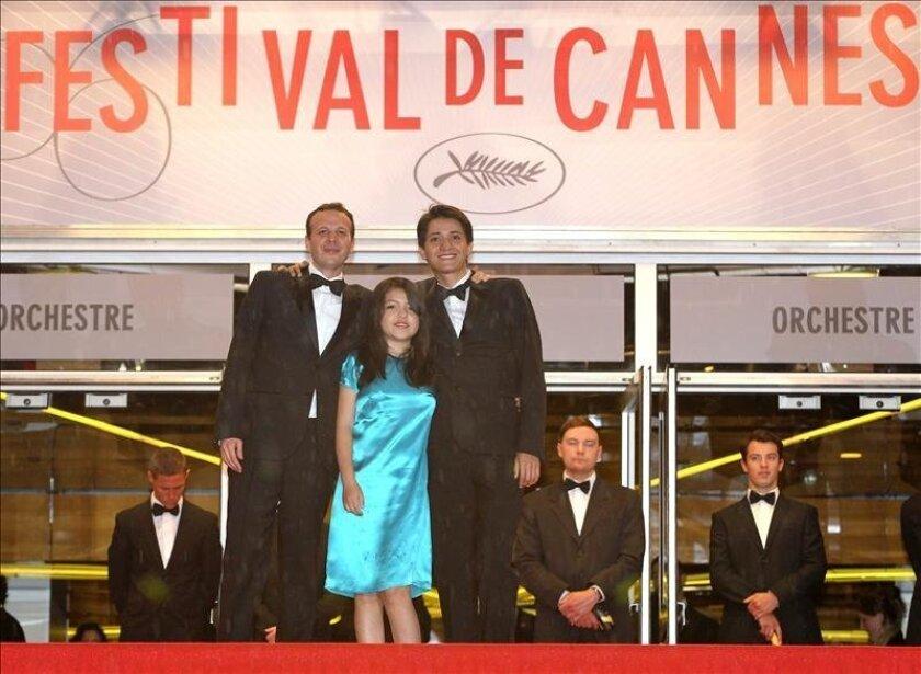El director mexicano Amat Escalante (c), la actriz Andrea Vergara (i) y el actor Armando Espitia (d) en la edición 66 del festival de cine de Cannes (Francia). EFE/Archivo