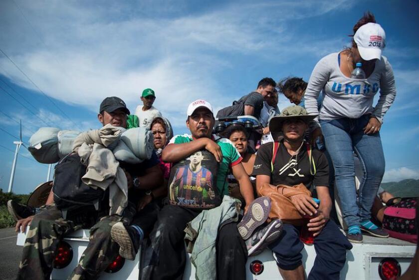Migrantes centroamericanos que se dirigen a Estados Unidos salen de la localidad de Niltepec rumbo al municipio de Juchitán, en el estado de Oaxaca (México). EFE