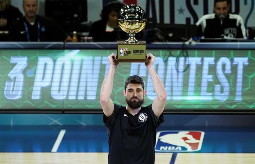 El jugador de los Brooklyn Nets, Joe Harris, sostiene el trofeo después de ganar el concurso de tres puntos durante el All-Star Saturday Night en All Star Weekend en el Spectrum Center en Charlotte, Carolina del Norte, EE. UU., 16 de febrero de 2019. (Baloncesto, Estados Unidos) EFE