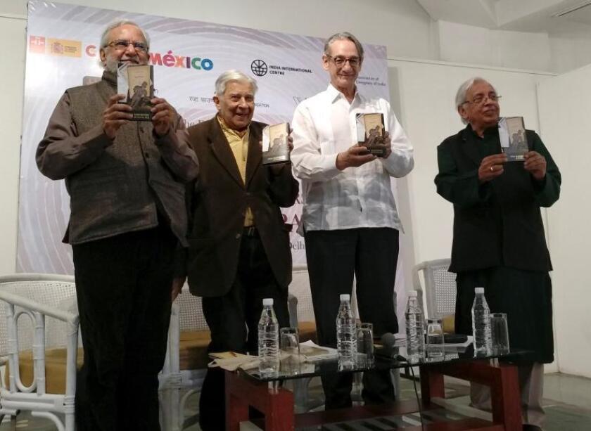 """Escritores indios y mexicanos presentan el libro """"India recuerda a Octavio Paz"""" durante la semana cultural en memoria del poeta mexicano en Nueva Delhi. EFE"""