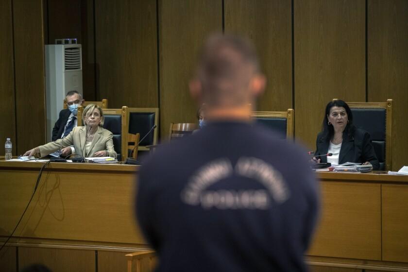 La presidente del tribunal Maria Lepenioti, derecha, habla mientras la fiscal Adamantia Economou escucha durante el juicio a Amanecer Dorado en Atenas, Grecia, 21 de octubre de 2020.. (AP Foto/Petros Giannakouris)
