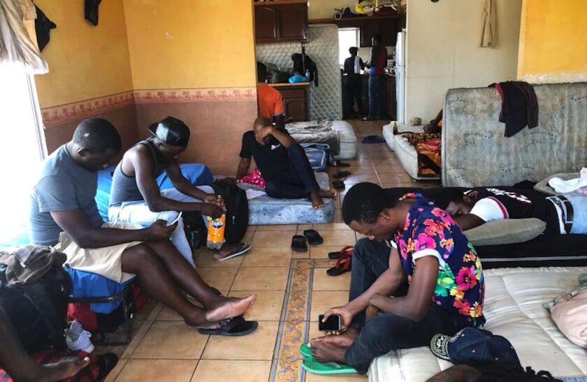 Inmigrantes cameruneses dejan pasar el tiempo en un departamento que alquilan en Tijuana, México. Duermen en colchones en el suElo mientras esperan ser llamados para presentar sus pedidos de asilo o de admisión en EEUU.