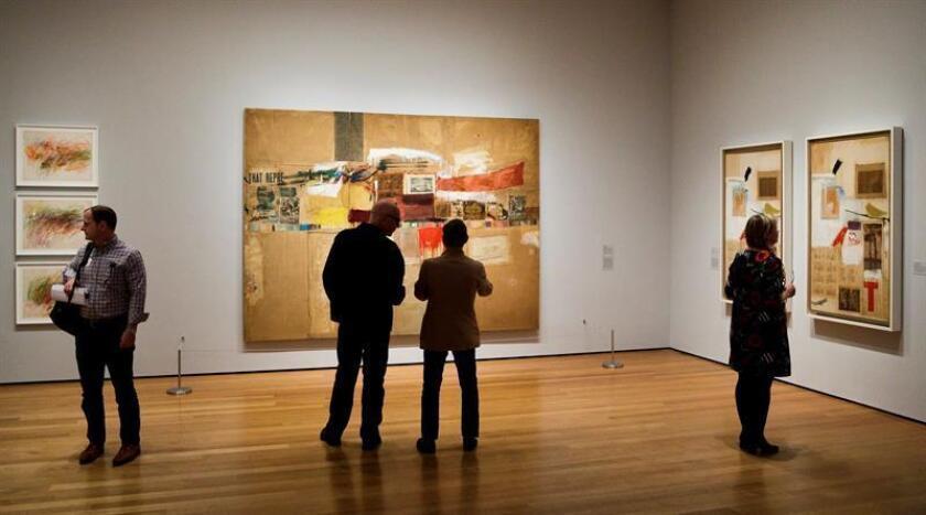 Varias personas observan unas obras en el Museo de Arte Moderno (MoMA) de Nueva York, Estados Unidos. EFE/Archivo