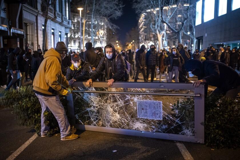 Las protestas en Barcelona, España, el 16 de febrero del 2021. (AP Photo/Emilio Morenatti)