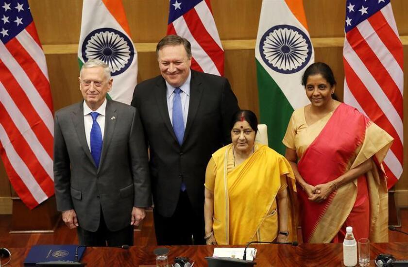 (i-d) El secretario de Defensa de EE.UU., James Mattis, y el secretario de Estado de EE.UU., Mike Pompeo, posan junto a la ministra de Asuntos Exteriores de la India, Sushma Swaraj, y a la titular de Defensa india, Nirmala Sitharaman, tras su reunión en Nueva Delhi, la India. EFE