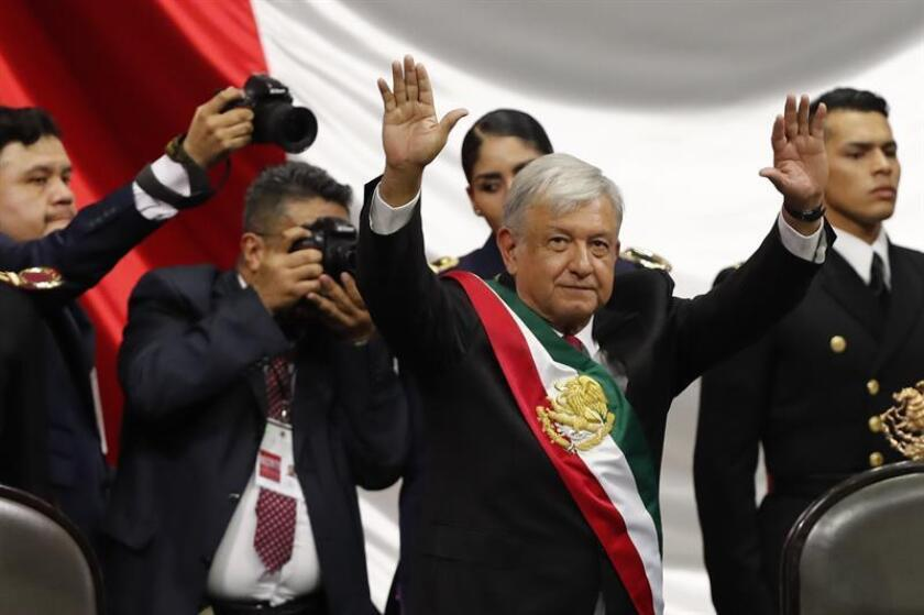 El nuevo presidente de México, Andrés Manuel López Obrador (c), celebra al final de su ceremonia de investidura hoy, en la sede de la Cámara de Diputados, teniendo como testigos a diputados y senadores en una sesión conjunta del Congreso, en Ciudad de México (México). EFE