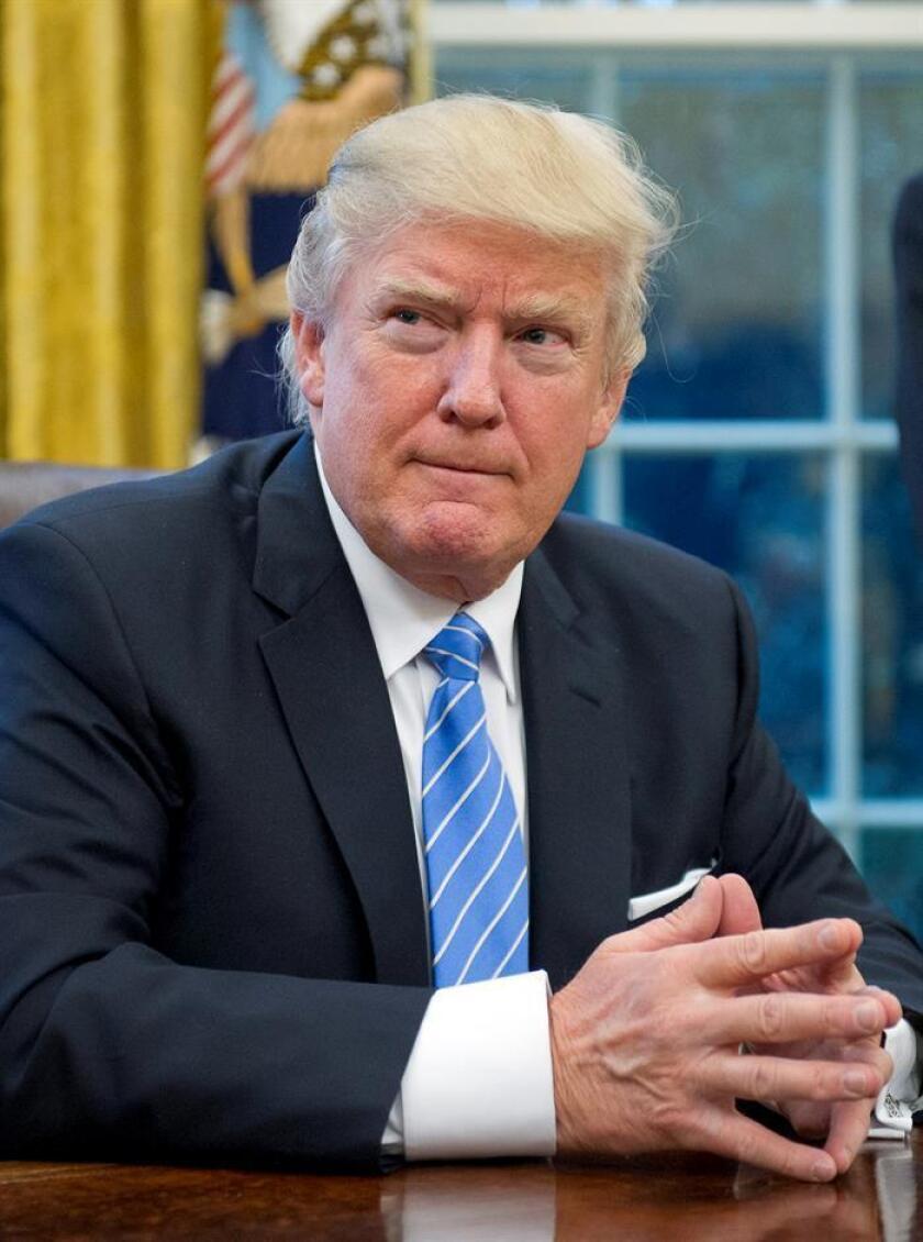 El presidente estadounidense, Donald Trump (c), posa para una fotografía tras firmar la orden ejecutiva para sacar a EE.UU. del acuerdo comercial TPP (Acuerdo de Asociación Transpacífico), en el Despacho Oval de la Casa Blanca, en Washington, Estados Unidos. EFE/POOL