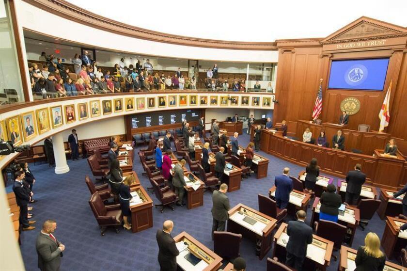 Estudiantes de la escuela secundaria Marjory Stoneman Douglas visitan la l Congreso de Florida en Tallahassee, Florida (Estados Unidos), el 21 de enero de 2018. La cámara baja del Congreso de Florida desoyó dicho día las peticiones en favor de restringir la venta de armas de fuego surgidas tras la matanza en una escuela secundaria del estado, al negarse a debatir un proyecto de ley para prohibir las armas semiautomáticas. EFE/Archivo