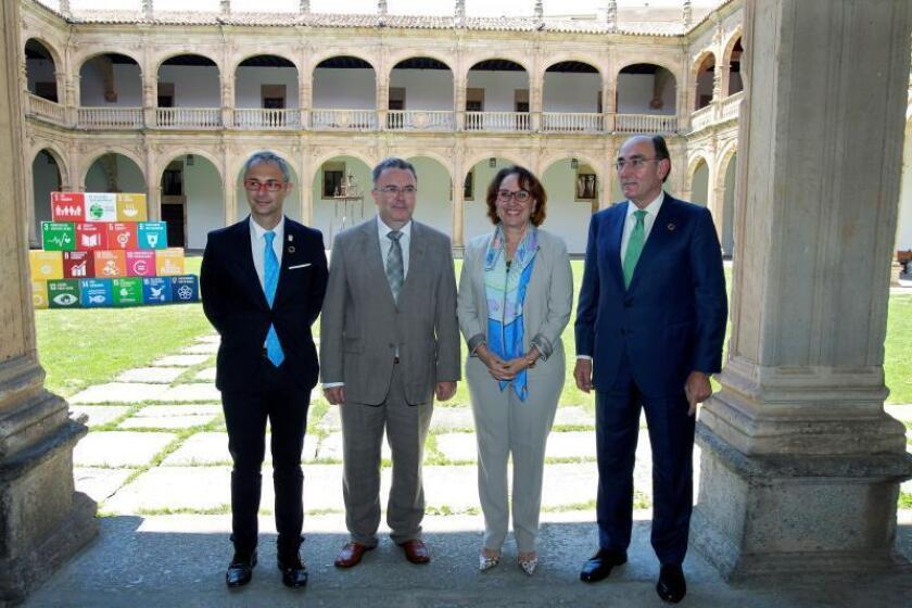 La secretaria general Iberoamericana, Rebeca Grynspan (2d), el presidente de Iberdrola, Ignacio Sánchez Galán (d), el rector de la Universidad de Salamanca, Ricardo Rivero (i), y el rector de la Universidad Politécnica de Madrid, Guillermo Cisneros (2i). EFE/Archivo