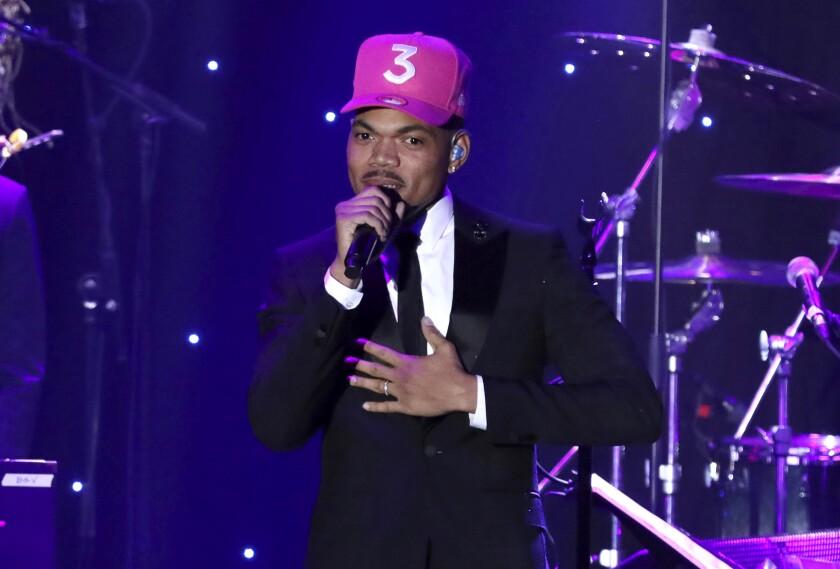 Chance the Rapper actúa en una gala previa a los premios Grammy el 25 de enero de 2020 en Beverly Hills