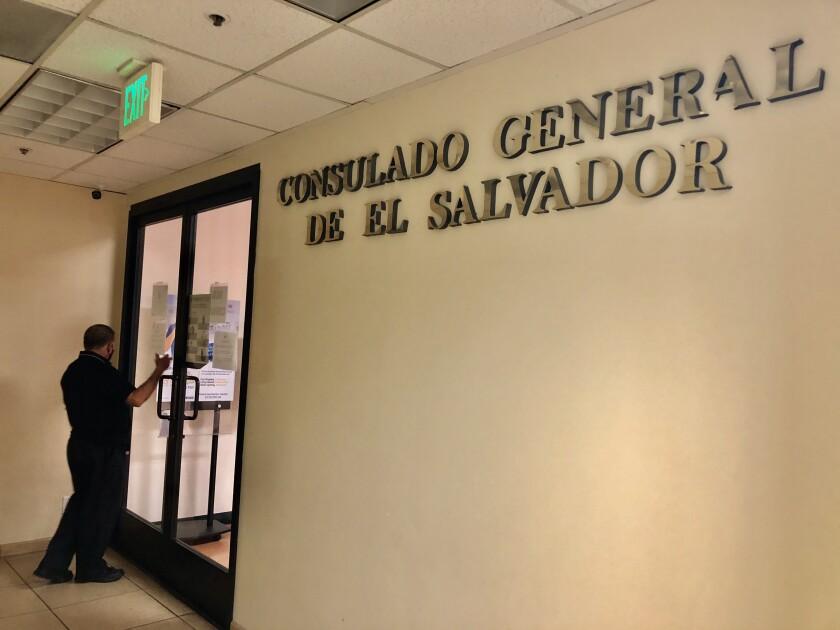 Un usuario toca la puerta del consulado de El Salvador en Los Ángeles.