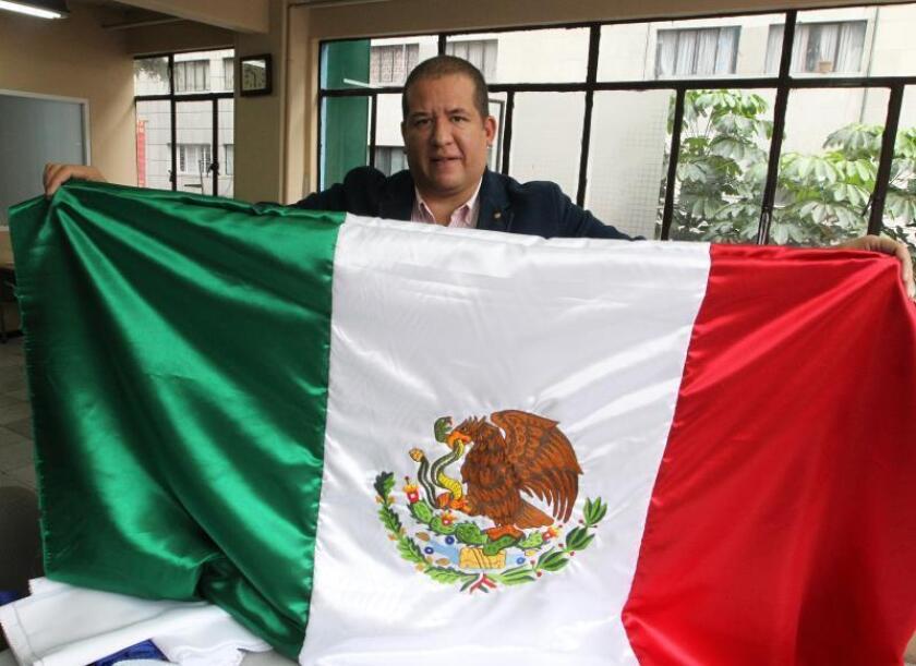 La lucha de un fabricante mexicano de banderas contra la competencia china