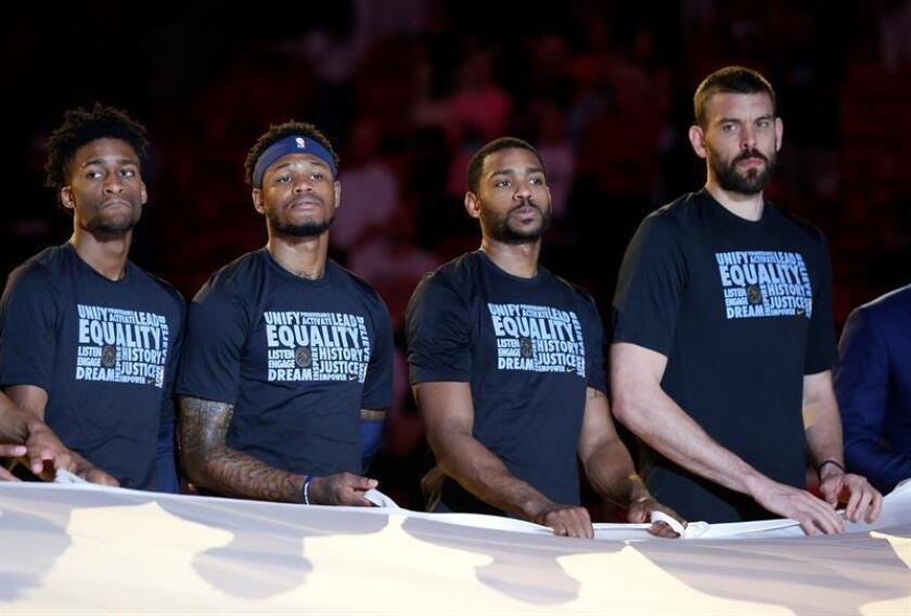 Memphis Grizzlies center Marc Gasol (R) stands with teammates during a pre-game ceremony honoring the students of Majory Stoneman Douglas High School prior to their game against the Miami Heat at the AmericanAirlines Arena Miami, Florida. EFE