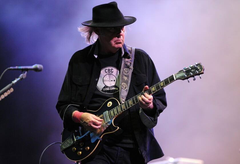 El legendario rockero Neil Young toma medidas legales ante lo sucedido.