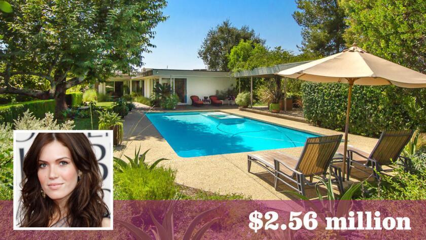 Después de vender su propiedad en Los Feliz, la actriz y cantante Mandy Moore pagó cerca de $2.56 millones por una casa de estilo Midcentury Modern en Pasadena (Hilton & Hyland   Los Angeles Times).