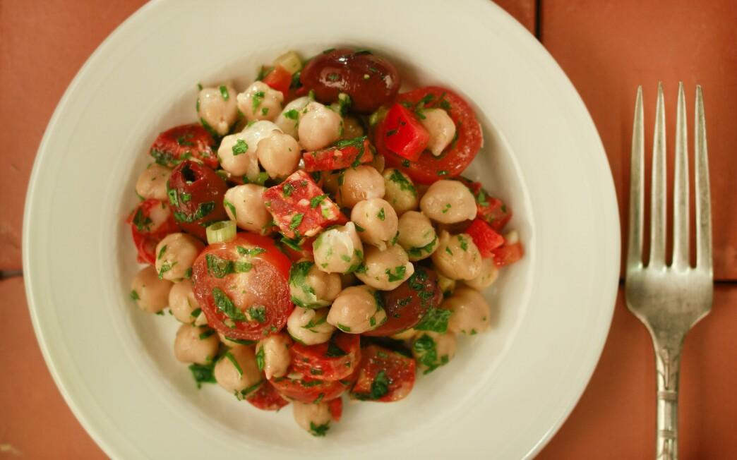 Chickpea salad with chorizo (Garbanzos alinados con chorizo)
