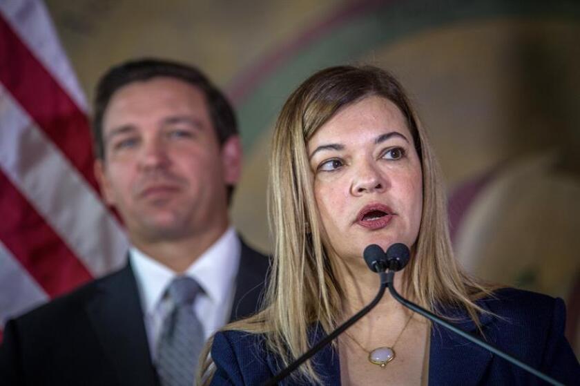 La jueza cubano-estadounidense Bárbara Lagoa (d), habla hoy, miércoles 9 de enero de 2019, junto al gobernador de Florida, el republicano Ron DeSantis (i), durante un acto en la Torre de la Libertad de Miami, Florida (EE.UU.). EFE