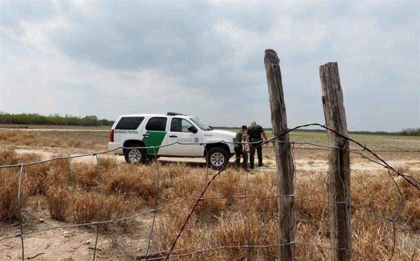 La militarización de la frontera con México que se prevé durante la Administración Trump podría incrementar los casos de violaciones de derechos civiles y prácticas de perfil racial, indicaron hoy activistas a favor de los inmigrantes. EFE/ARCHIVO