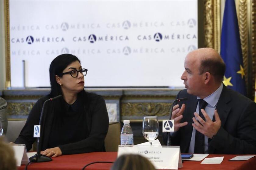 La subsecretaria de Hacienda y Crédito Público de México, Vanessa Rubio, conversa con director de la sección de Internacional de la Agencia Efe, José Manuel Sanz, durante la Tribuna Americana EFE-Casa de América, hoy en Madrid. EFE