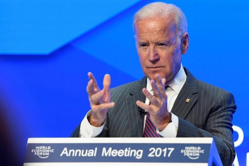"""El exvicepresidente y potencial aspirante demócrata a la Casa Blanca en 2020, Joe Biden, se mostró hoy contrario a que su partido impulse un """"impeachment"""" o juicio político contra el presidente, Donald Trump, si se hace con el control de la Cámara Baja en las legislativas de noviembre. EFE/Archivo"""