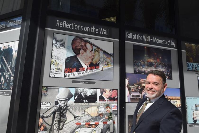 Fotografía del periodista y escritor cubano Alejandro Ríos quien posa durante una entrevista con Efe en el Campus Wolfson del Miami Dade College, en Miami, Florida (Estados Unidos). EFE