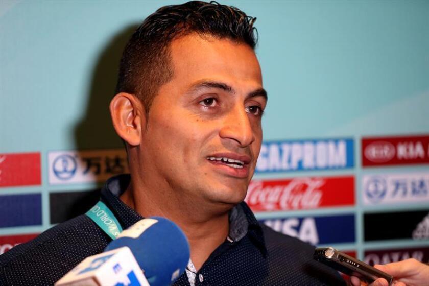 El entrenador de la selección femenina sub'17 de México, Mario Domínguez, habla con la prensa hoy, martes 4 de septiembre de 2018, en Montevideo (Uruguay). EFE